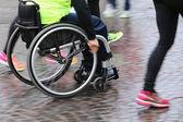 Bir spor yarışma sırasında tekerlekli sandalye ile Engelli sporcu — Stok fotoğraf
