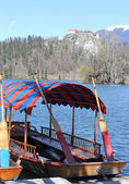 Rowboats moored on the shore of Lake Bled in Slovenia and the ca — Stock Photo