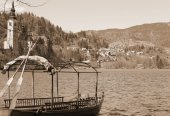 Rowboats moored on the shore of Lake Bled in Slovenia and the Ch — Stock Photo
