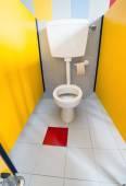 小さなトイレ トイレ キャビンで保育園へ — ストック写真