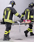 Firefighters carried the injured away on stretchers — Stock Photo