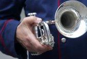 Trumpetare med trumpet i hand — Stockfoto