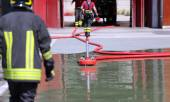 Firefighter positions a powerful fire hydrant during the exercis — Stock Photo