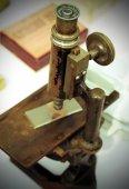 Staré železo mikroskop pro ovládací prvky — Stock fotografie