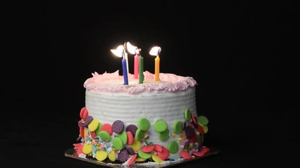 Velas y pastel de cumpleaños — Vídeo de stock