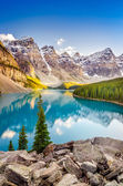 Landscape view of Moraine lake in Canadian Rocky Mountains — Stock Photo