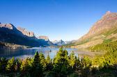 Scenic view of mountain range in Glacier NP, Montana — Stock Photo