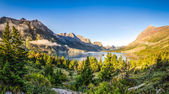 Panoramic landscape view of Glacier NP mountain range and lake — Stock Photo