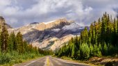 Scenic view of the road on Icefields parkway, Canadian Rockies — Stock Photo