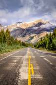 Landscape view of the road on Icefields parkway in Canadian Rock — Stock Photo