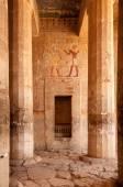 Hieroglyph walls and stone pillars in Queen Hatshepsut temple, E — Stockfoto