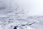 лыжный следы на снегу — Стоковое фото