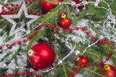 Vánoční koule a jedle — Stock fotografie