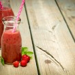 Erdbeer Smoothie in Glas — Stockfoto #52887733