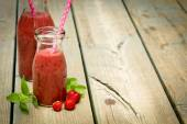 Strawberry smoothie in jar — Stockfoto