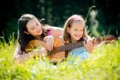 Mother teaching daughter playing guitar — Stock Photo
