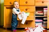 Huishoudelijke taken - baby gooit uit kleding — Stockfoto