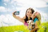 Selfie - anne, çocuk ve yavru kedi — Stok fotoğraf