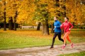 Pár běhání v podzimní přírodě — Stock fotografie