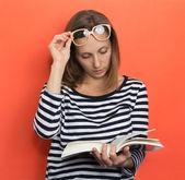 Menina com um livro — Fotografia Stock