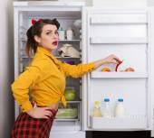 Femme au foyer de style pin up — Photo