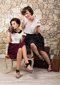 Twee mooie meisje vrienden hebben thee — Stockfoto