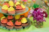 Cupcakeson a stand at the candy bar — Stock Photo