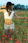 Mooi meisje in een zomer-veld — Stockfoto