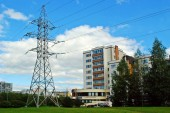 High voltage power lines in the city — Stock Photo
