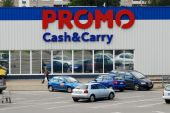 Promo cash and cary shop center in Vilnius city Ukmerges street — Stock Photo