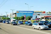 Cars in Zverynas district in Vilnius city and Panorama shop center — Stockfoto