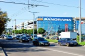 Cars in Zverynas district in Vilnius city and Panorama shop center — 图库照片