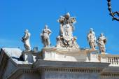 Sculptures on the facade of Vatican city works — Stock Photo