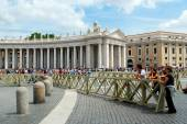 Tourists at Saint Peter's Square in Vatican city — Stock Photo