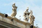 Sculptures on the facade of Vatican city works — Stockfoto