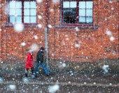 Couple walking ine heavy snow storm — Stock Photo