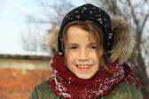Little girl playing outdoors with snow — Stockfoto