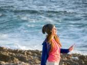 Mladá dívka se sluchátky v beach — Stock fotografie
