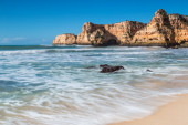 Summer beach with clear water. Albufeira, Portugal. — Stockfoto