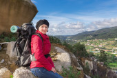 Girl with a backpack in a hike. Autumn in the mountains. — Foto Stock