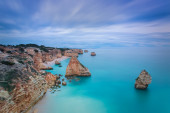 Beautiful seascape with unreal sky blue colors. Portugal, Algarve. — Stock Photo