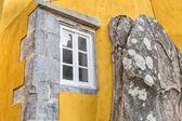 Okno do stone mountain. Hrad Pena Sintra, Portugalsko. — Stock fotografie