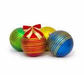 クリスマス ボールの白い背景の切り欠きに分離 — ストック写真