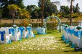 Wedding ceremony flowers, arch, chairs — Foto Stock