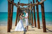 Wedding bride groom sea palm tree tropics — Stock Photo