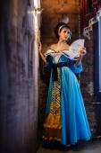 Dívka v interiéru ve starých šatech — Stock fotografie