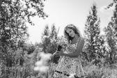 Молодая сексуальная девочка с цветами в области — Стоковое фото