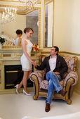 Liefdevolle couple de bruidegom en de bruid — Stockfoto