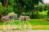 White Decorative Bicycle Parking In Garden  — Stockfoto