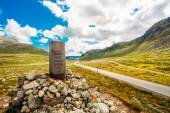 Navigation Mark Pointer Near Highway On Norway Mountain — Stockfoto